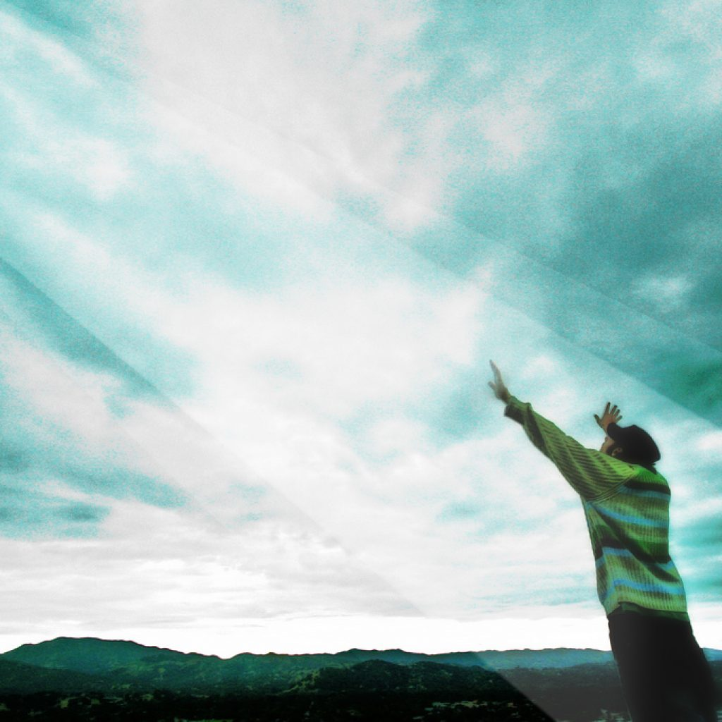 Homme avec les mains levées vers le ciel